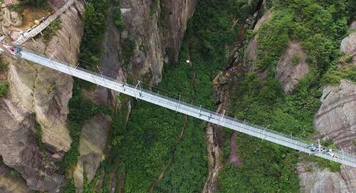 中国に床がガラスでできた高さ180m長さ300m釣り橋が建設されてるwwwwの画像(6枚目)