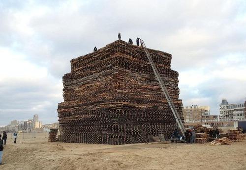 木製パレットをビルのように積む!オランダの焚き火のイベントが凄すぎる!の画像(1枚目)