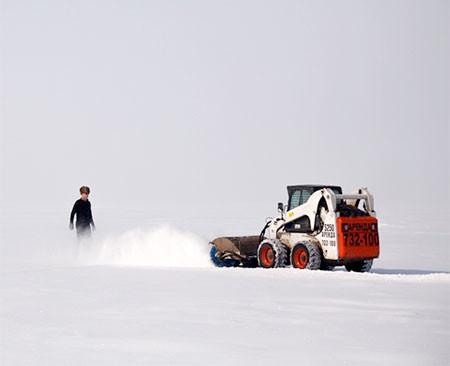 凍った池に無数のワッカを作る人の画像(9枚目)