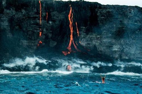溶岩が流れ込む海岸でサーフィンの画像(11枚目)