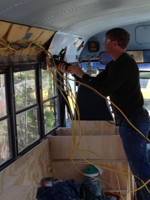 【画像】古いスクールバスを巨大で豪華なキャンピングカーに改装してしまう!!の画像(9枚目)