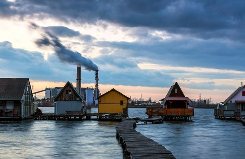 【画像】ハンガリーの湖に浮いている村がなんだか不思議!!の画像(1枚目)