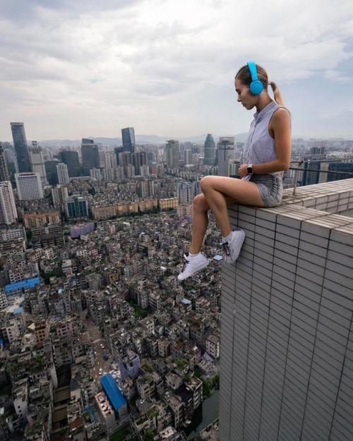 高いところで自撮りする女の子の画像(12枚目)