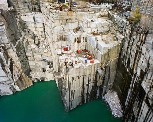 【画像】大理石の採掘場がゲームや物語のダンジョンみたいで凄すぎる!!の画像(1枚目)