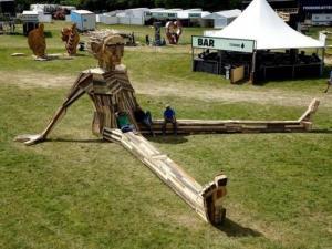ド迫力!廃棄する材木を使ったアートが凄まじい!!の画像(6枚目)