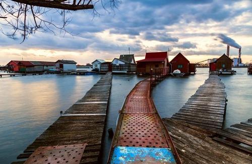【画像】ハンガリーの湖に浮いている村がなんだか不思議!!の画像(3枚目)