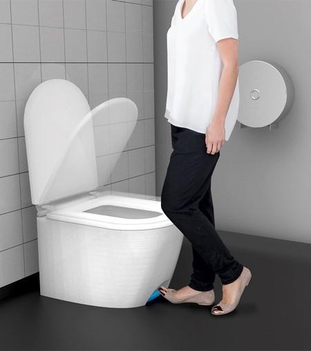 足で踏んで開け閉めできる!トイレのフタ02