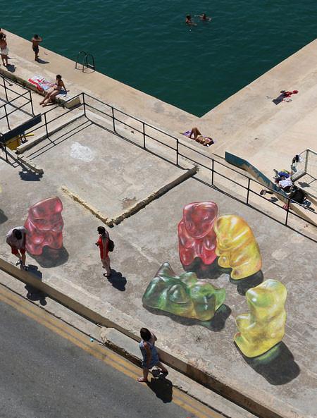 【画像】街中に超巨大な熊のグミが出現したと思ったら、そんなわけでは無いアート!!の画像(8枚目)