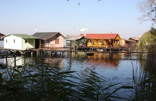 【画像】ハンガリーの湖に浮いている村がなんだか不思議!!の画像(4枚目)