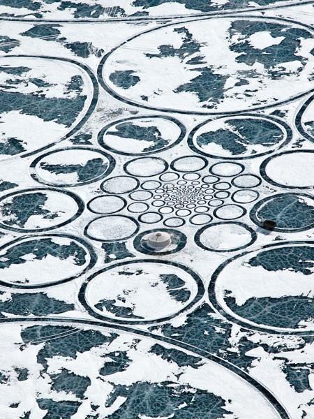 凍った池に無数のワッカを作る人の画像(8枚目)