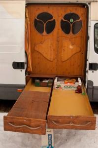 【画像】ワゴン車を木造のキャンピングカーにするカスタムが凄い!の画像(12枚目)