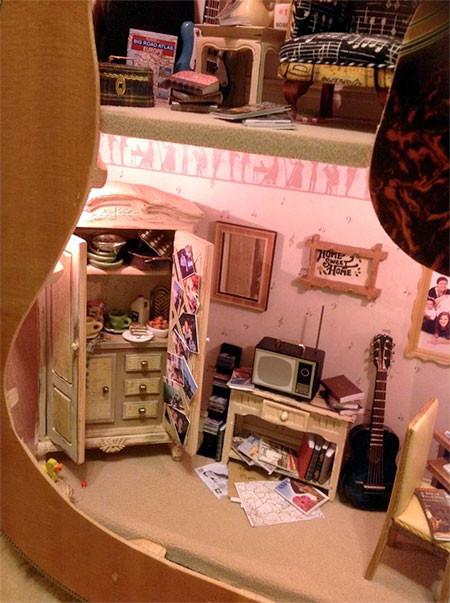 【画像】ギターの中に家がある!ギター内に作ったドールハウスが凄い!!の画像(5枚目)
