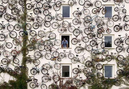 自転車を無数に壁に貼り付けた家の画像(5枚目)