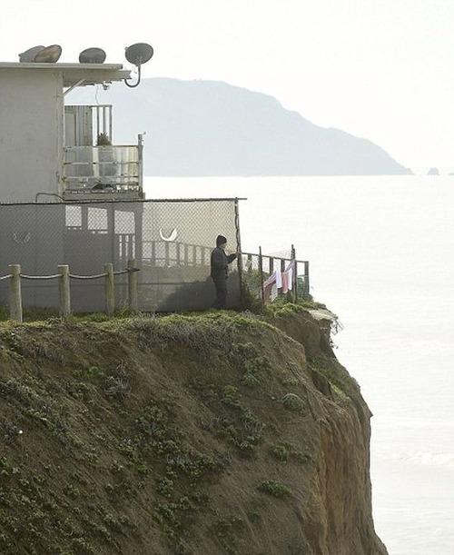 【画像】海沿いの崖が崩れて崩落中のカリフォルニアの町が怖すぎる!!の画像(10枚目)