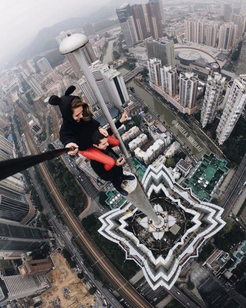 高いところで自撮りする女の子の画像(15枚目)