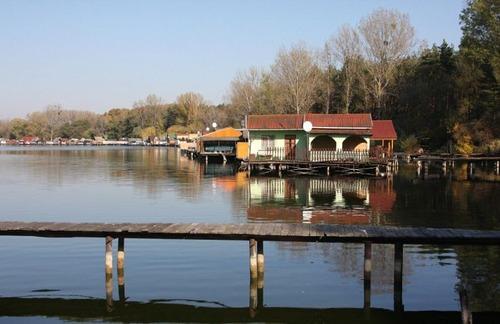 【画像】ハンガリーの湖に浮いている村がなんだか不思議!!の画像(7枚目)