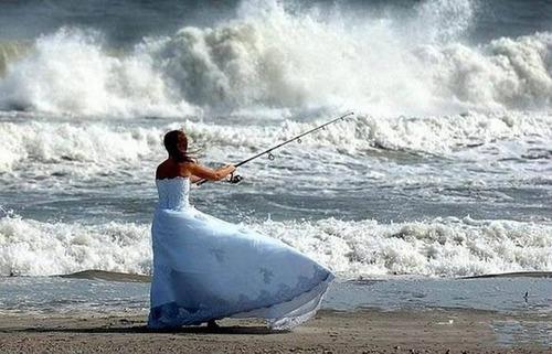 カオスなところで釣りをしている人達の画像(1枚目)