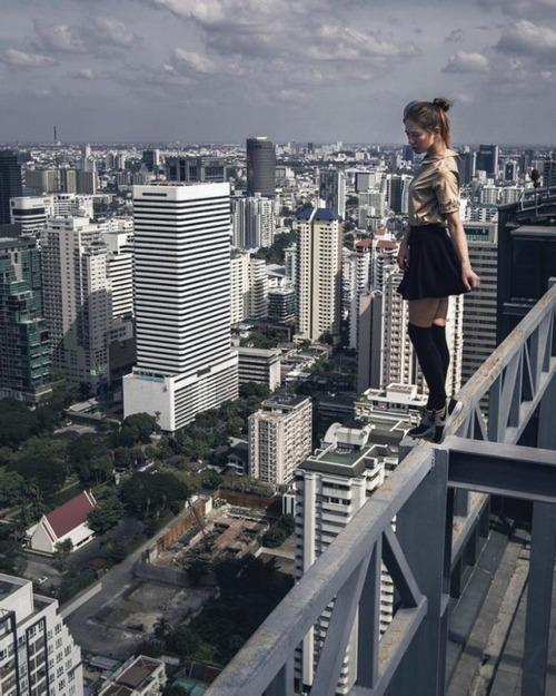 高いところで自撮りする女の子の画像(5枚目)