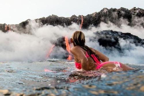 溶岩が流れ込む海岸でサーフィンの画像(1枚目)