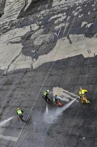 環境破壊ゼロ??ダムの壁面に高圧洗浄機で描かれたアートが凄い!!の画像(3枚目)