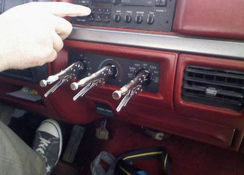 【画像】修理方法が驚異的に雑すぎて、凄いことになってる自動車の数々!!の画像(13枚目)