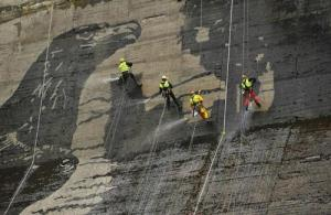 環境破壊ゼロ??ダムの壁面に高圧洗浄機で描かれたアートが凄い!!の画像(2枚目)