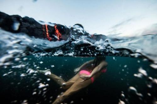 溶岩が流れ込む海岸でサーフィンの画像(8枚目)