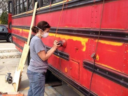 【画像】古いスクールバスを巨大で豪華なキャンピングカーに改装してしまう!!の画像(13枚目)