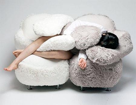 淋しい時に慰めてくれる!抱きつく椅子、ハグチェアーが優しそうwwwの画像(3枚目)