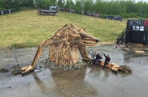 ド迫力!廃棄する材木を使ったアートが凄まじい!!の画像(1枚目)