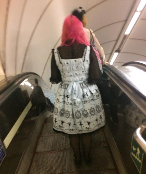 電車や駅で見かけた変った人達の画像(13枚目)