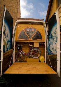 【画像】ワゴン車を木造のキャンピングカーにするカスタムが凄い!の画像(18枚目)