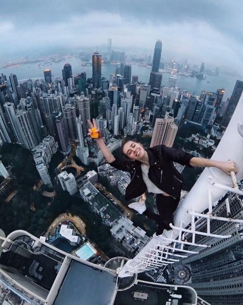 高いところで自撮りする女の子の画像(8枚目)