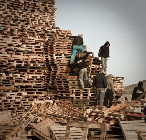 木製パレットをビルのように積む!オランダの焚き火のイベントが凄すぎる!の画像(8枚目)