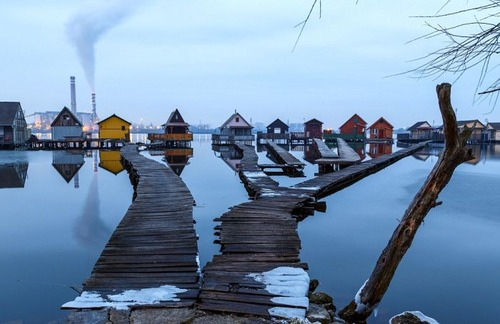 【画像】ハンガリーの湖に浮いている村がなんだか不思議!!の画像(2枚目)
