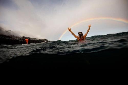 溶岩が流れ込む海岸でサーフィンの画像(16枚目)