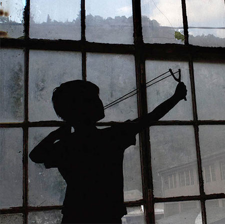 割れた窓ガラスのように見えるアートの画像(1枚目)