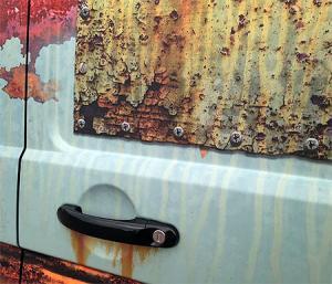 【画像】新しい自動車を凄まじくボロボロの廃車のようにするカスタムがオカシイ!の画像(2枚目)