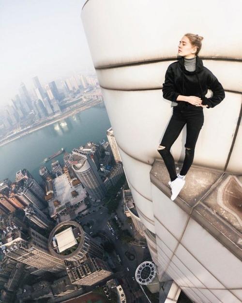 高いところで自撮りする女の子の画像(14枚目)