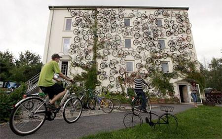 自転車を無数に壁に貼り付けた家の画像(7枚目)
