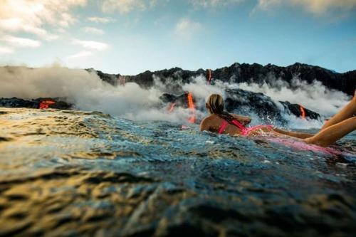 溶岩が流れ込む海岸でサーフィンの画像(24枚目)