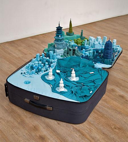 スーツケース内に再現されたジオラマの画像(3枚目)