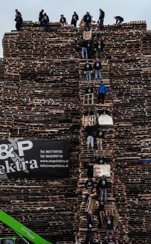 木製パレットをビルのように積む!オランダの焚き火のイベントが凄すぎる!の画像(6枚目)