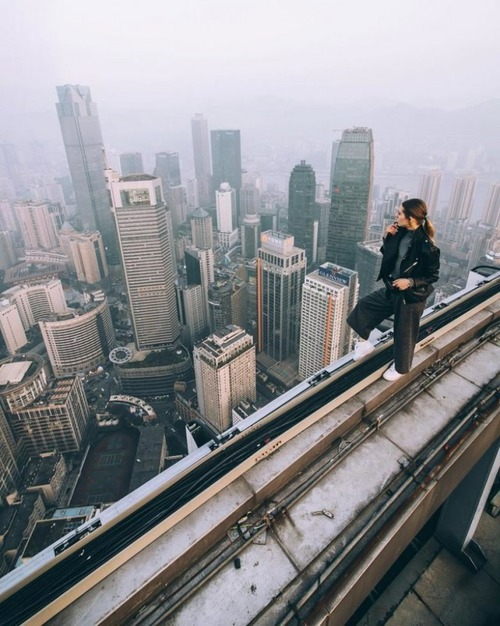 高いところで自撮りする女の子の画像(10枚目)