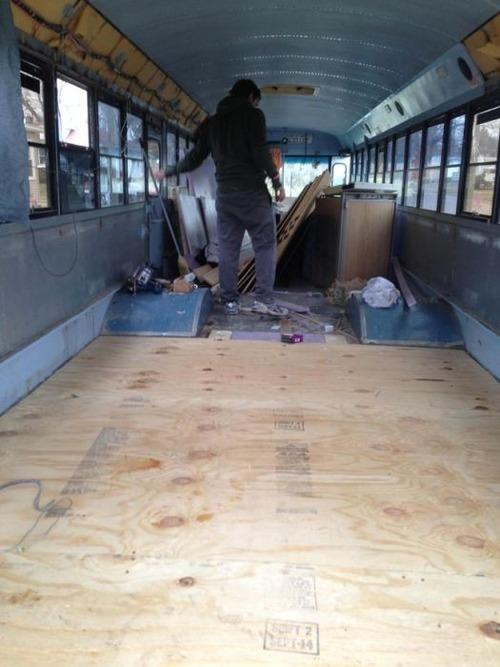 【画像】古いスクールバスを巨大で豪華なキャンピングカーに改装してしまう!!の画像(5枚目)