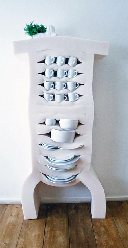 ぐにゃぐにゃしてるけど地震に強い食器棚wwwの画像(4枚目)