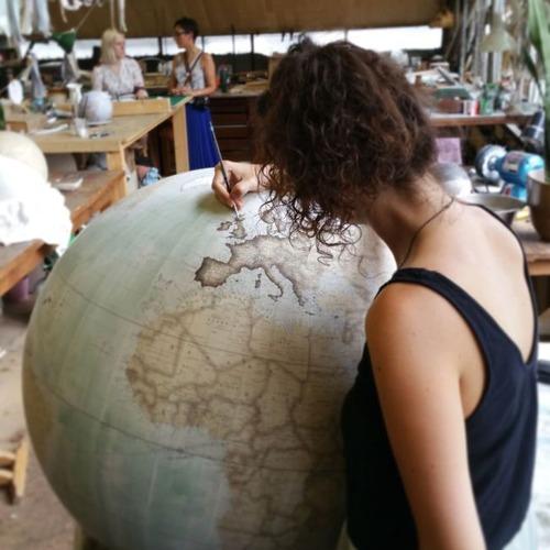 もはや芸術!手作りの地球儀「アトモスフェア」の製作風景が凄い!!の画像(1枚目)
