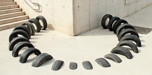 【画像】廃棄タイヤが不思議なアートに変身!の画像(1枚目)