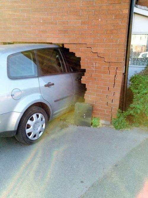 【画像】壁に激突した自動車事故がギャグ漫画の落ちよりベタ過ぎる。。の画像(2枚目)