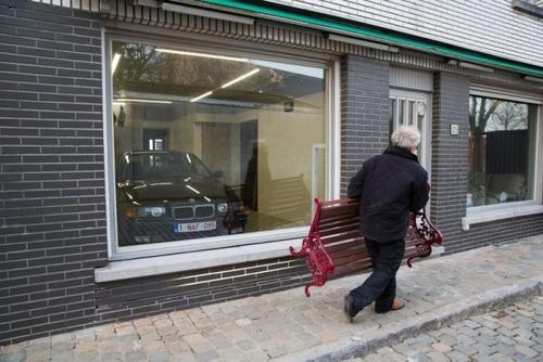 【画像】ショーウィンドウのようなガレージの入り口が凄い!!の画像(3枚目)